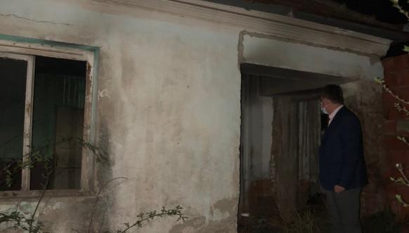 Dejan Pavićević u selu Janjina Voda kod izgorele kuće porodice Ristić