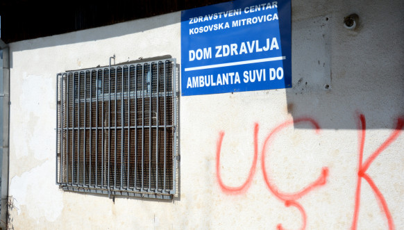 Grafiti OVK na ambulanti u Suvom Dolu