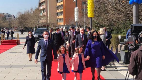 Osmani s porodicom ulazi u kabinet