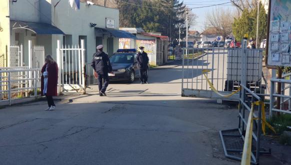 Policija na ulazu u KBC u Severnoj Mitrovici