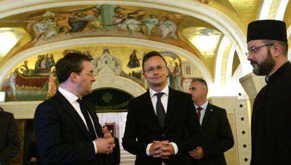 Ministar Selaković i Sijarto u hramu Svetog Save