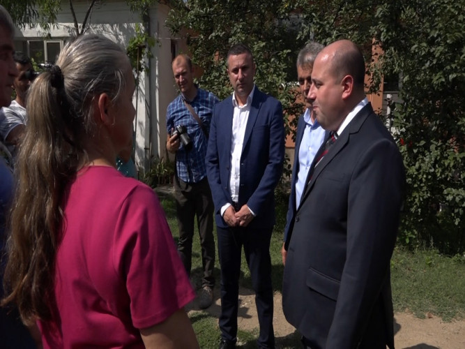 Dušan Kozarev uručio ključeve od kuće porodici Ničić iz Lapljeg Sela