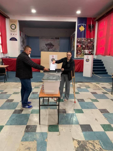 Glasanje uz albansku zastavu