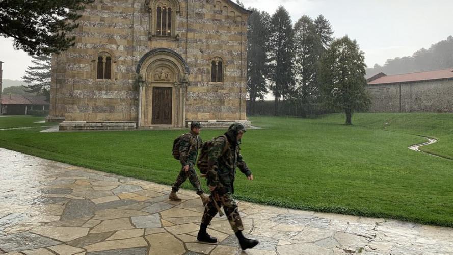 Italijanski vojnici u manastiru Dečani