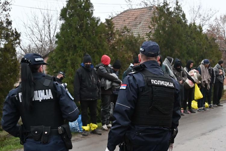 Policija prilikom intervencije protiv ilegalnih migranata u Kikindi