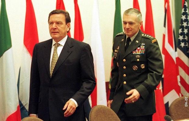 Gerhard Šreder i Vesli Klark 19. maja 1999. u sedištu NATO-a u Briselu