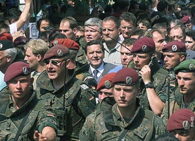 Gerhard Šreder u Prizrenu 23. jula 1999, okružen nemačkim vojnicima