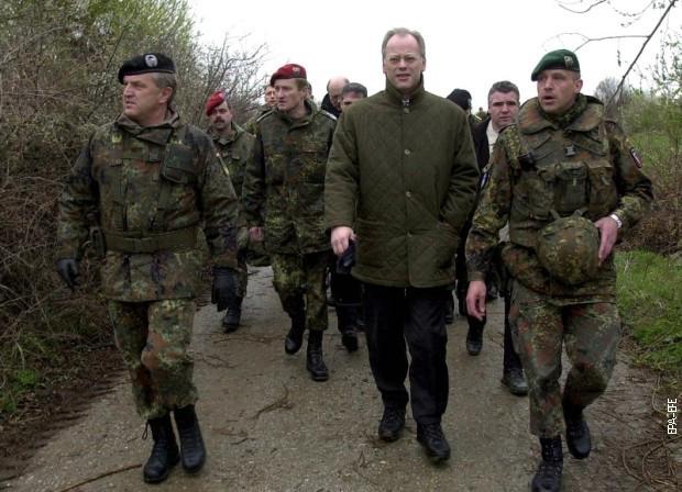 Rudolf Šarping u patroli sa nemačkim vojnicima KFOR-a na Kosovu kod sela Navak 2002. godine