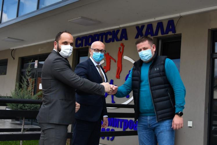 Rakić, Radojević i Kovač ispred Sportske hale u Severnoj Mitrovici
