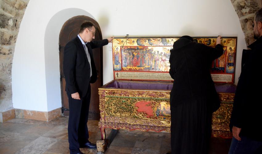 Petar Petković pred ćivotom u kojem je prvobitno bio položen Stefan Dečanski