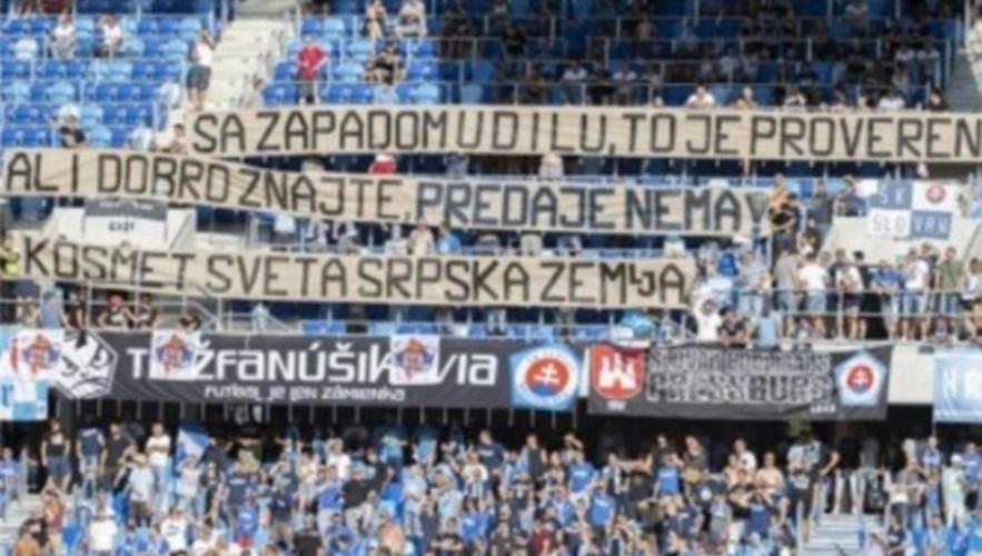 Navijači Slovana sa transparentom o Kosovu