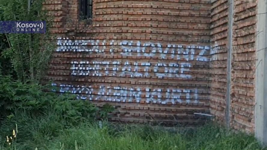 Ispisani grafiti na zidu nedovršene crkve