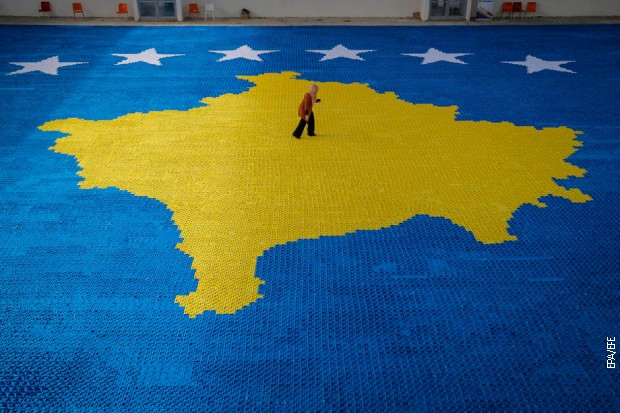 """Umetnica sa Kosova Arbnora Fejza Idrizi na svom mozaiku """"Origami"""" u Srbici, 10. februara 2021."""