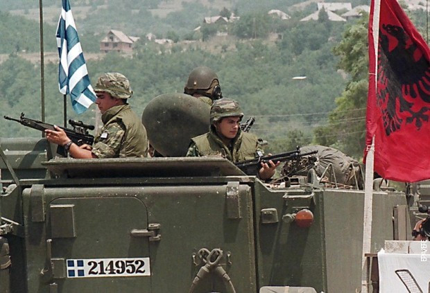 Grčki vojnici u sastavu NATO-a ulaze na Kosovo, jun 1999.