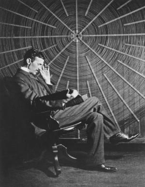 """Nikola Tesla čita knjigu Ruđera Boškovića """"Teorija prirodne filozofije"""