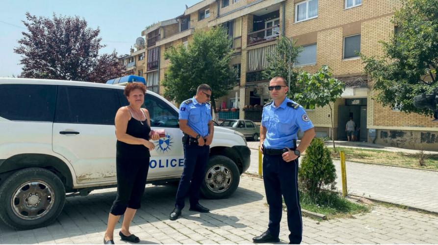 Dragica Gašić sa kosovskim policajcima ispred svoje zgrade u Đakovici