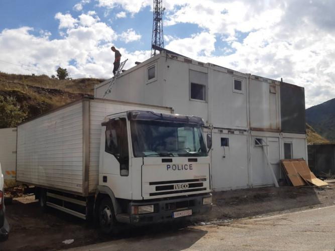 Montažni kontejneri na prelazu Jarinje dopremljeni su kamionima